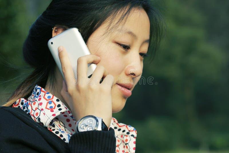 Donne di affari che tengono telefono immagini stock libere da diritti