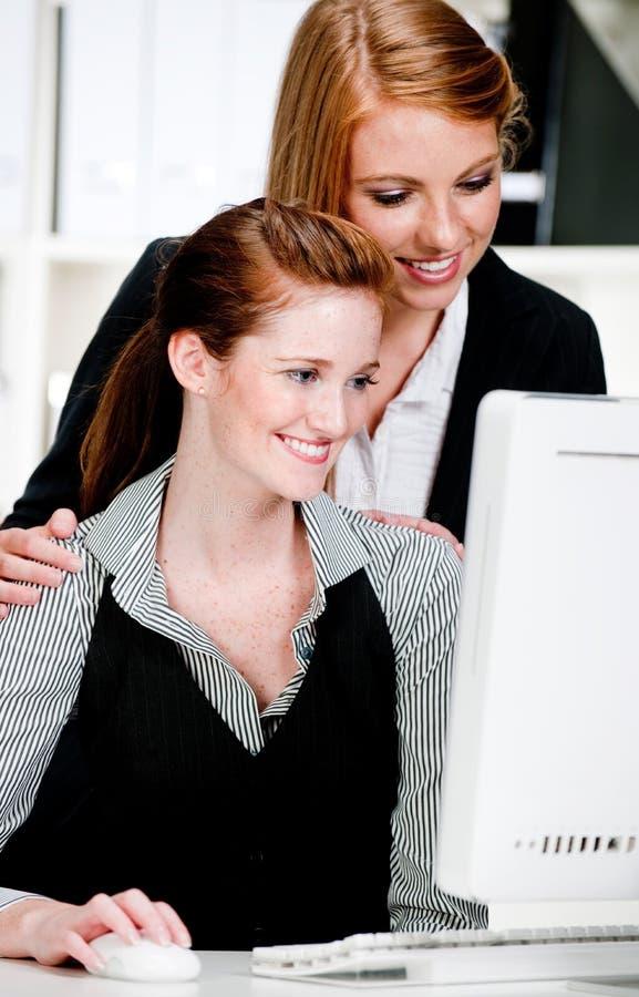 Donne di affari con il calcolatore immagine stock