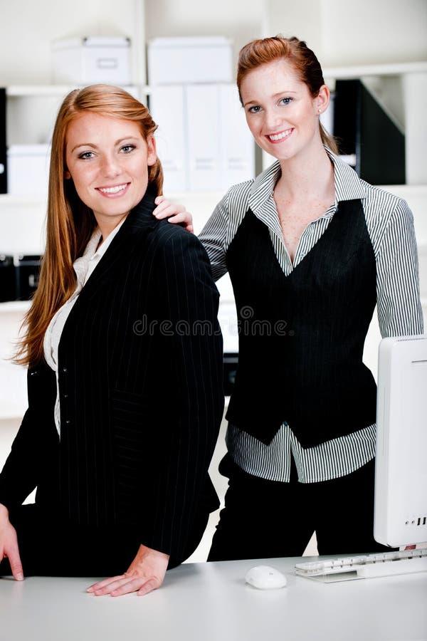 Donne di affari con il computer portatile ed il calcolatore immagine stock