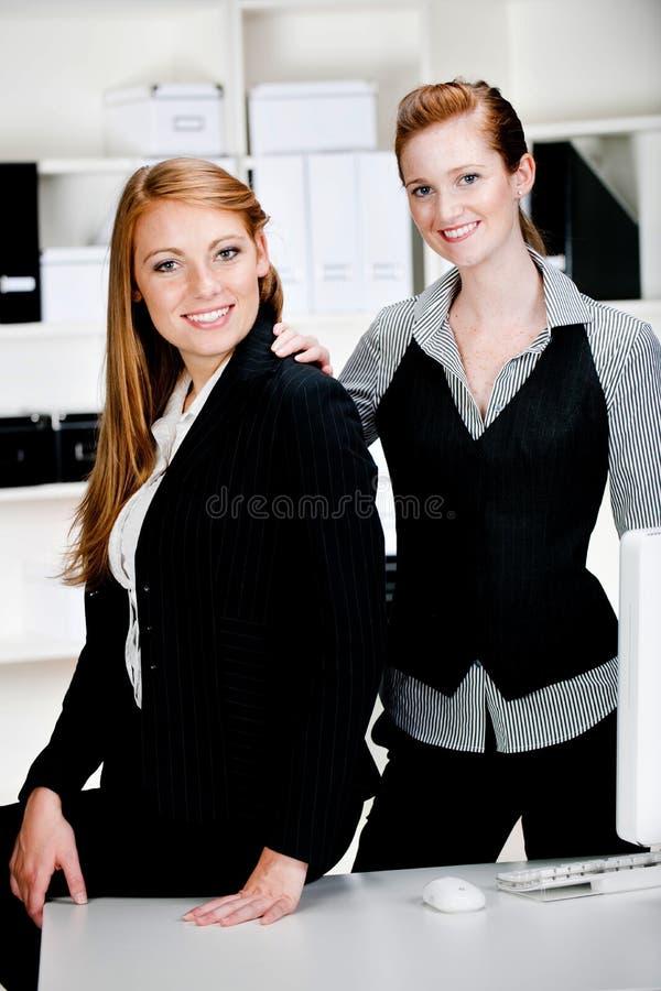 Donne di affari con il computer portatile ed il calcolatore fotografie stock