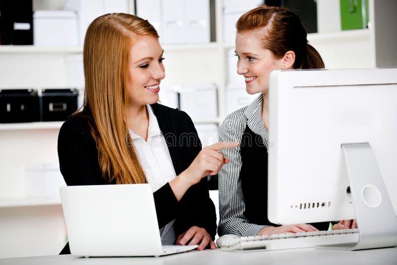 Donne di affari con il computer portatile ed il calcolatore immagini stock libere da diritti