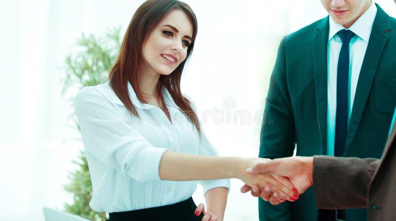 donne di affari della stretta di mano con un socio commerciale immagine stock libera da diritti