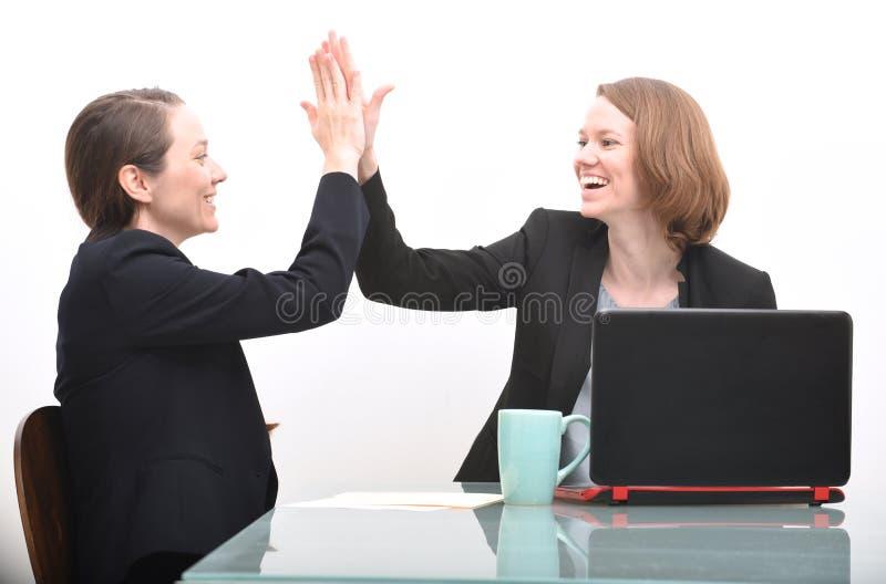 Donne di affari ed alti cinque fotografia stock libera da diritti