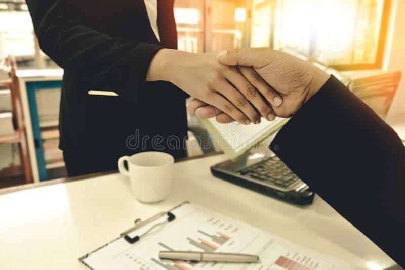 Donne di affari di handshake dell'uomo di affari immagine stock libera da diritti