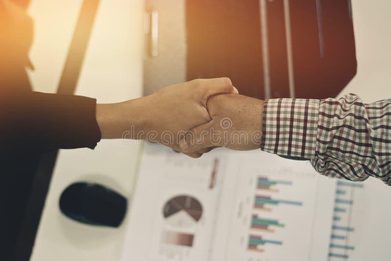 Donne di affari di handshake dell'uomo di affari fotografia stock