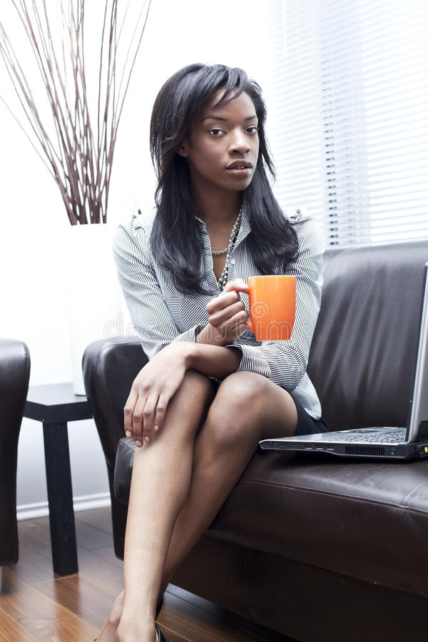 Donne di affari nere che mangiano caffè fotografia stock libera da diritti