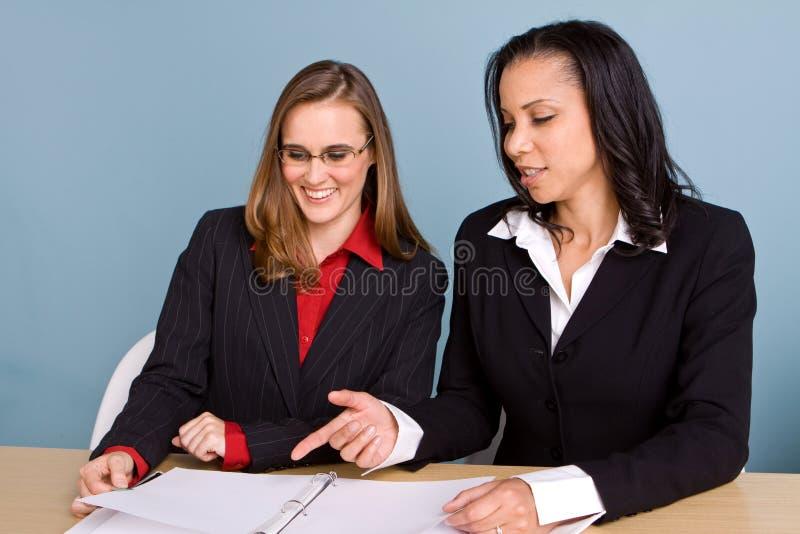 Donne di affari sicure felici che sorridono sul lavoro fotografie stock libere da diritti