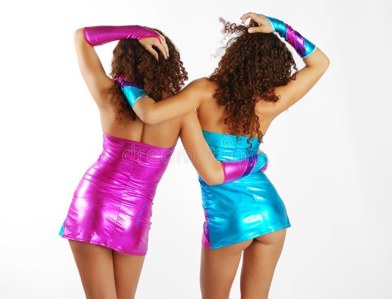 Donne di dancing in vestito scintillante fotografia stock libera da diritti
