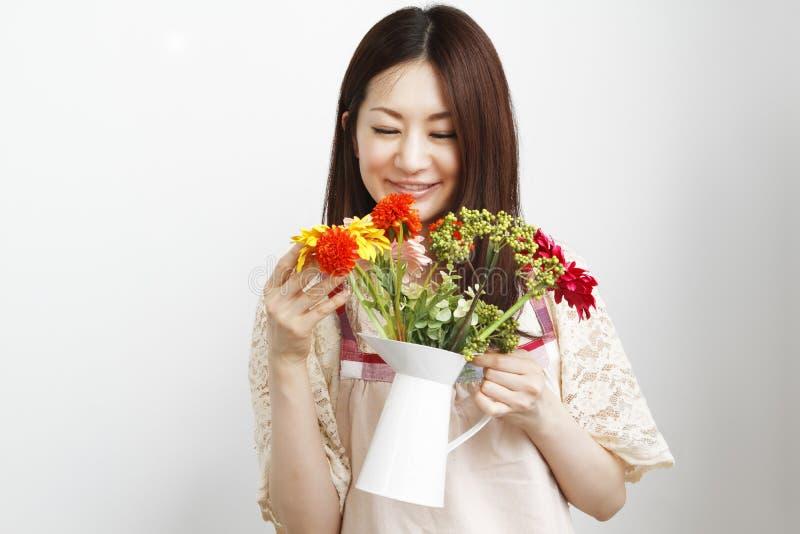 Download Donne di giardinaggio fotografia stock. Immagine di cinese - 20056934