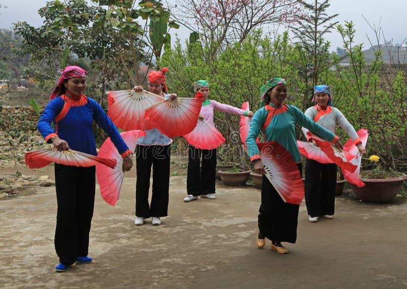 Donne di minoranza di Hmong di vietnamita che eseguono un ballo tradizionale fotografie stock