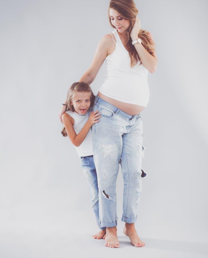 Donne di Pregmnant e ragazza felice fotografia stock