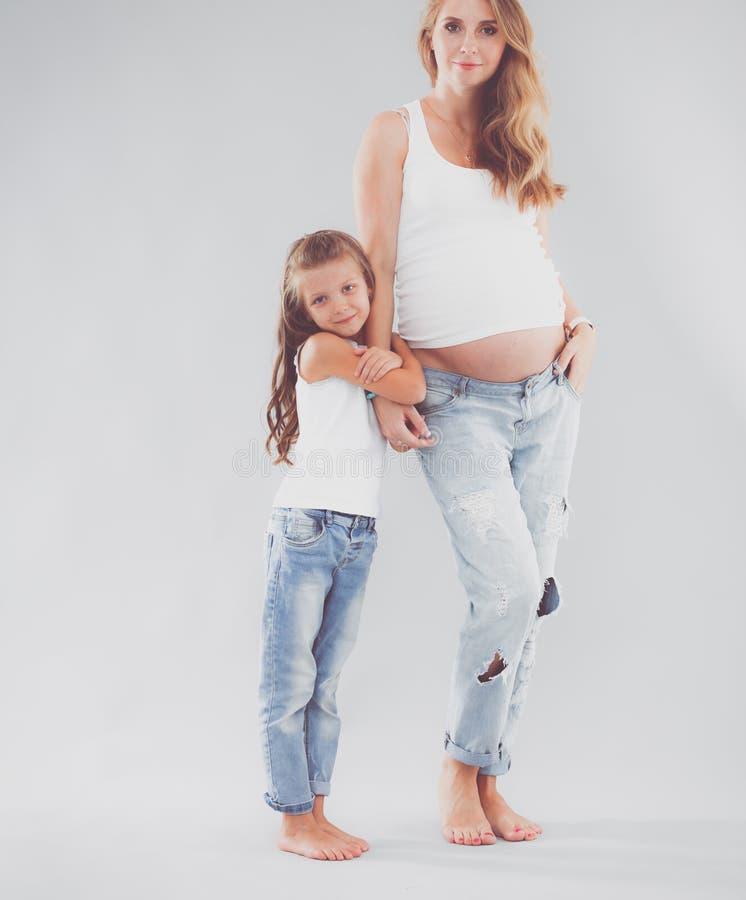 Donne di Pregmnant e ragazza felice fotografia stock libera da diritti