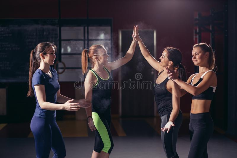 Donne di sport che danno livello cinque dopo la formazione immagine stock