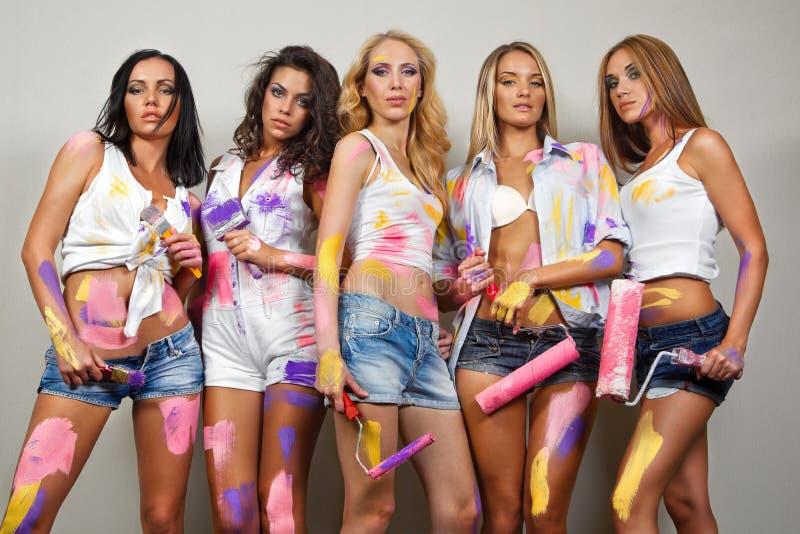 Donne di verniciatura con le spazzole fotografie stock