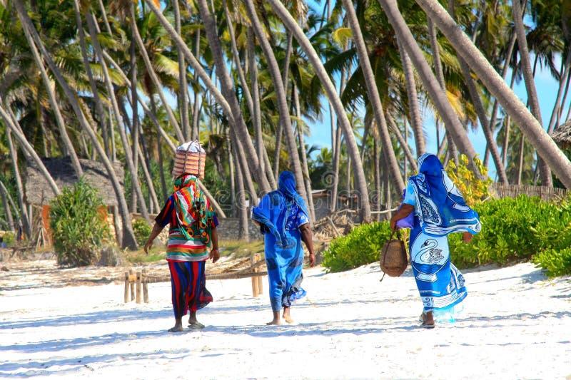 Donne di Zanzibar sulla spiaggia sabbiosa