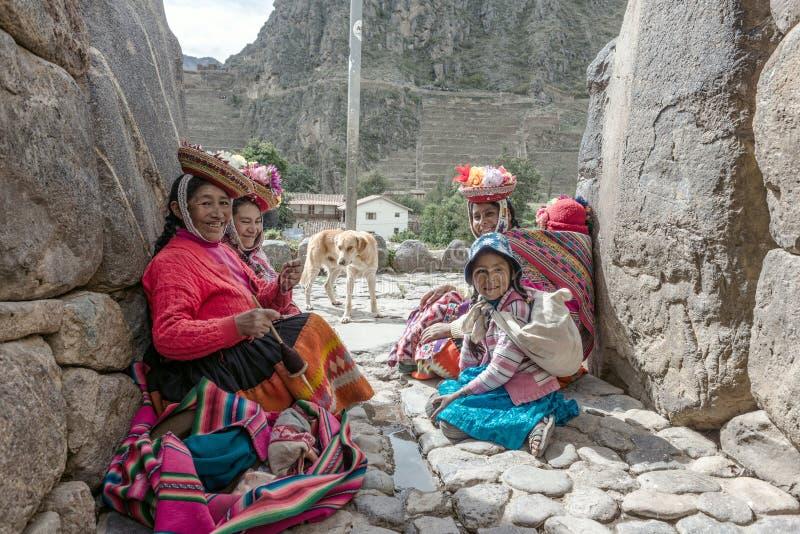 Donne e bambini in vestiti peruviani tradizionali in Ollantayta fotografia stock