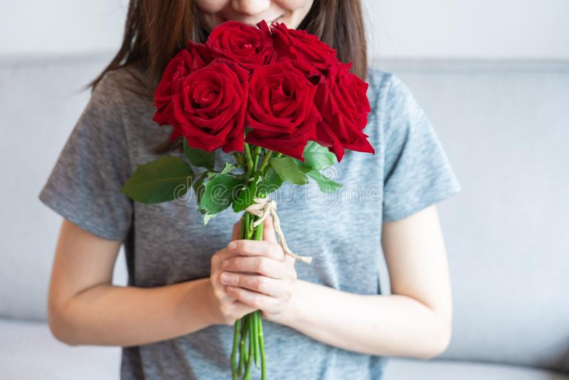 Donne e rose rosse fotografia stock