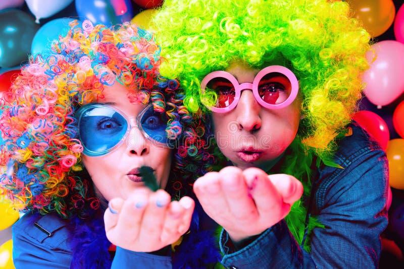 Donne ed uomini che celebrano al partito per la vigilia o il carnevale dei nuovi anni fotografia stock libera da diritti