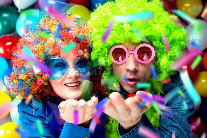 Donne ed uomini che celebrano al partito per la vigilia o il carnevale dei nuovi anni immagini stock libere da diritti