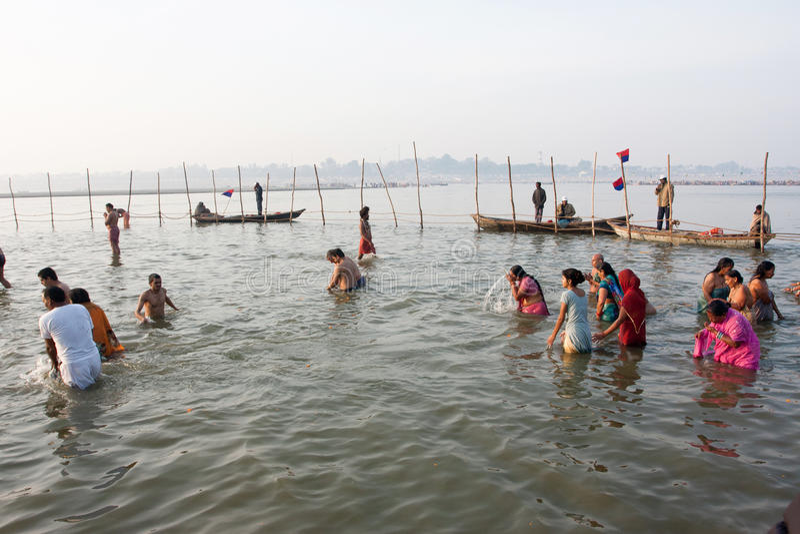 Donne ed uomini indiani nell'acqua fredda fotografie stock