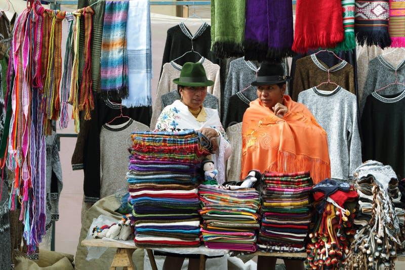 Donne etniche ecuadoriane con i vestiti nazionali in un mercato rurale di sabato del villaggio di Zumbahua, Ecuador fotografie stock libere da diritti