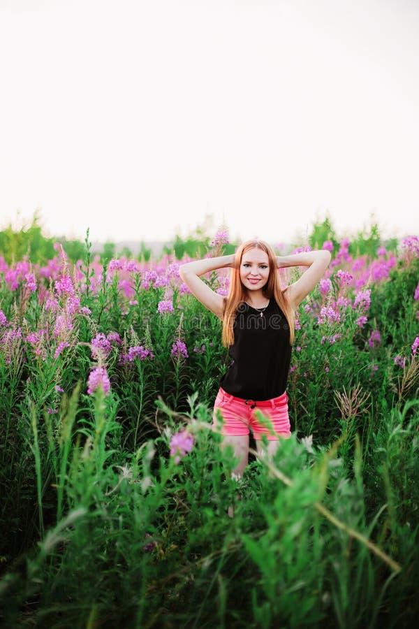 Donne in fiori immagini stock