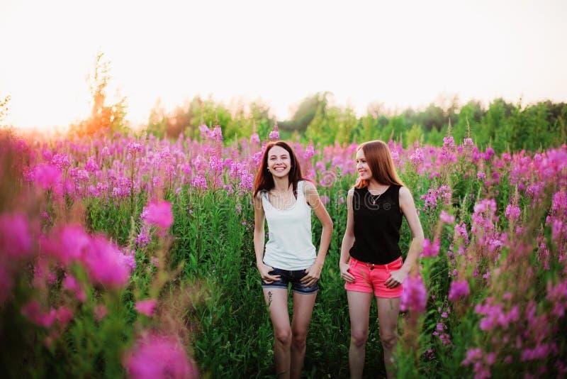Donne in fiori immagini stock libere da diritti