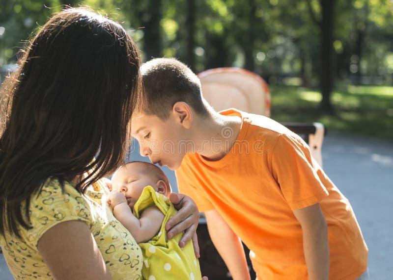 Donne, fratello e bambino in un parco fotografia stock libera da diritti