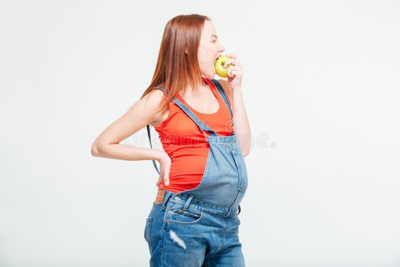 Donne incinte che mangiano mela immagini stock libere da diritti