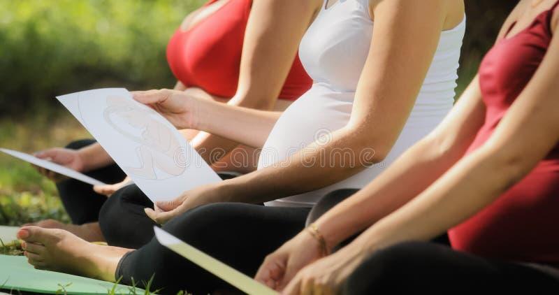 Donne incinte nella classe prenatale con le immagini del bambino immagini stock