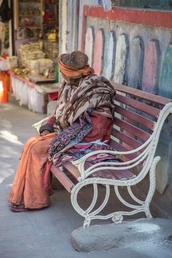 Donne indiane anziane che si siedono sulla sedia del banco nel parco pubblico della città fotografia stock libera da diritti