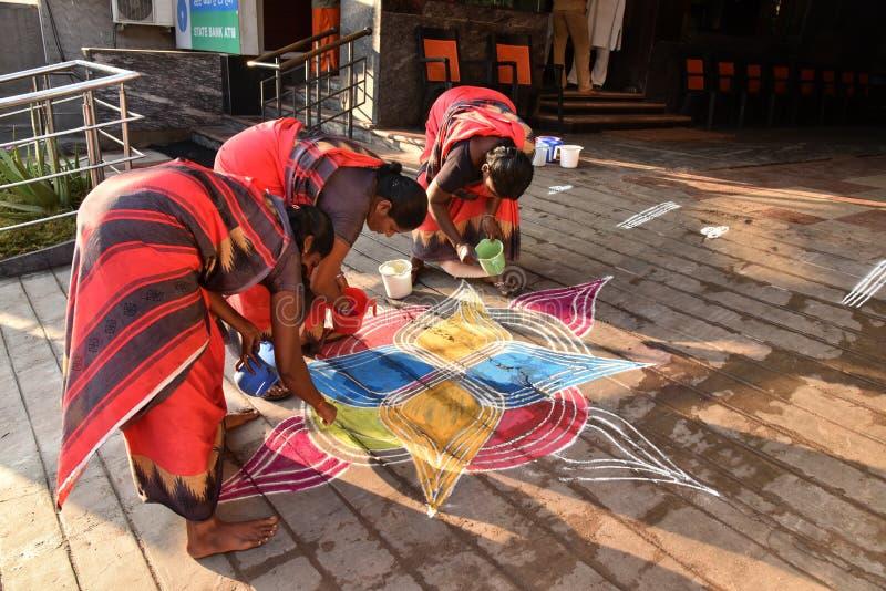 Donne indiane che disegnano pittura immagine stock libera da diritti