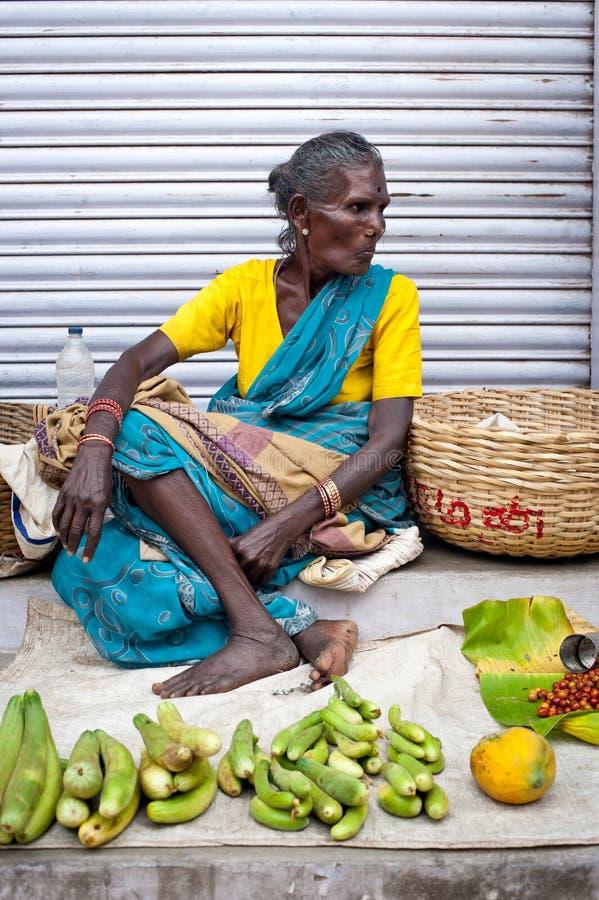 Donne indiane che vendono greengrocery al posto del mercato di strada immagini stock