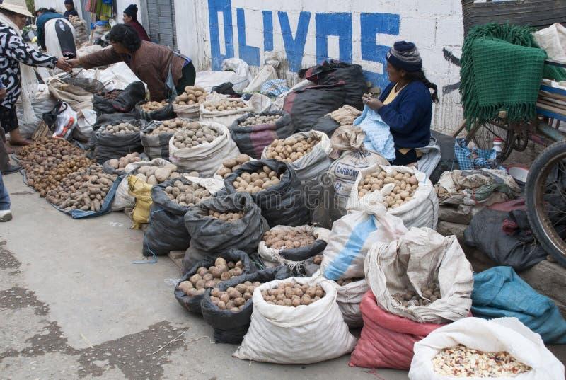 Donne indigene che vendono le patate per l'acquisto della via in Huancayo fotografia stock
