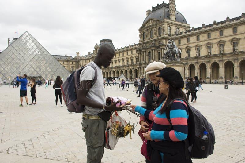 Donne madre di Asain e regalo d'acquisto del ricordo della figlia da Africano-francese immagini stock libere da diritti