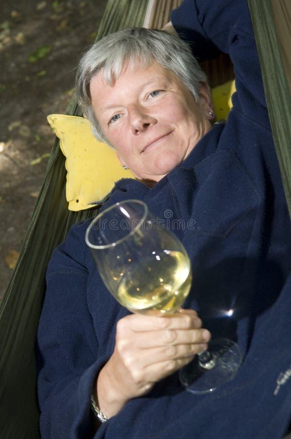 Donne maggiori con il vetro di vino fotografie stock libere da diritti