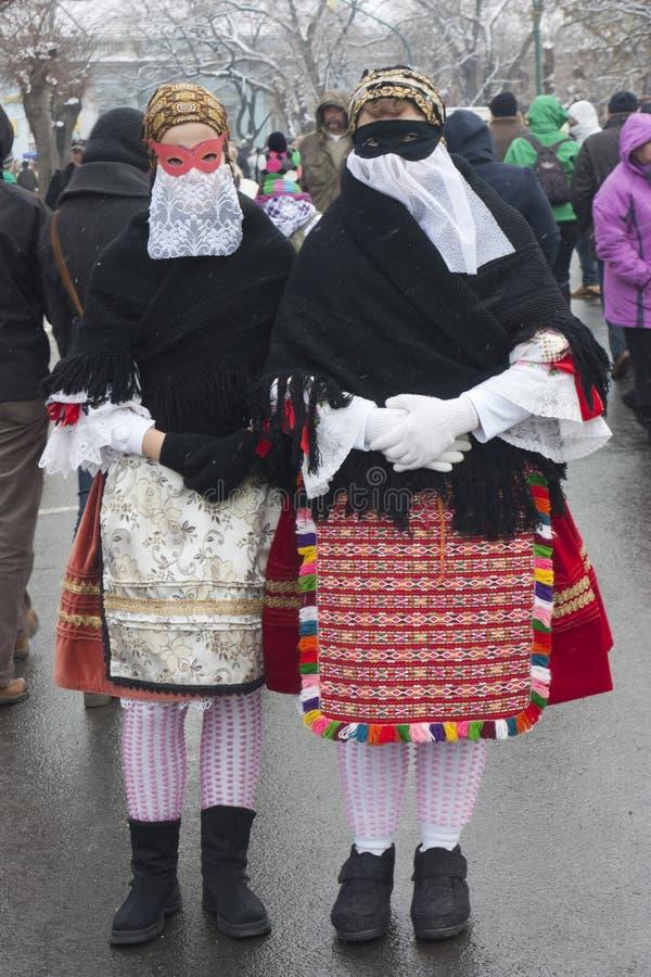 Donne in maschera e costume tradizionale fotografie stock