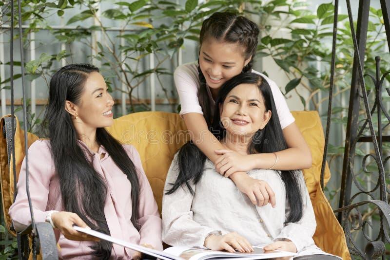 Donne multi-generazionali di amore sulle oscillazioni fotografia stock