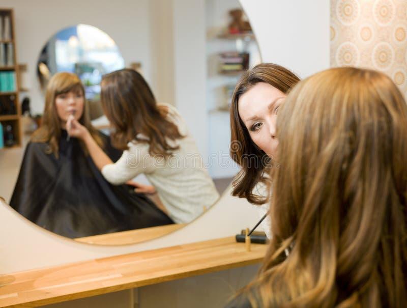 Donne nel salone di bellezza immagini stock