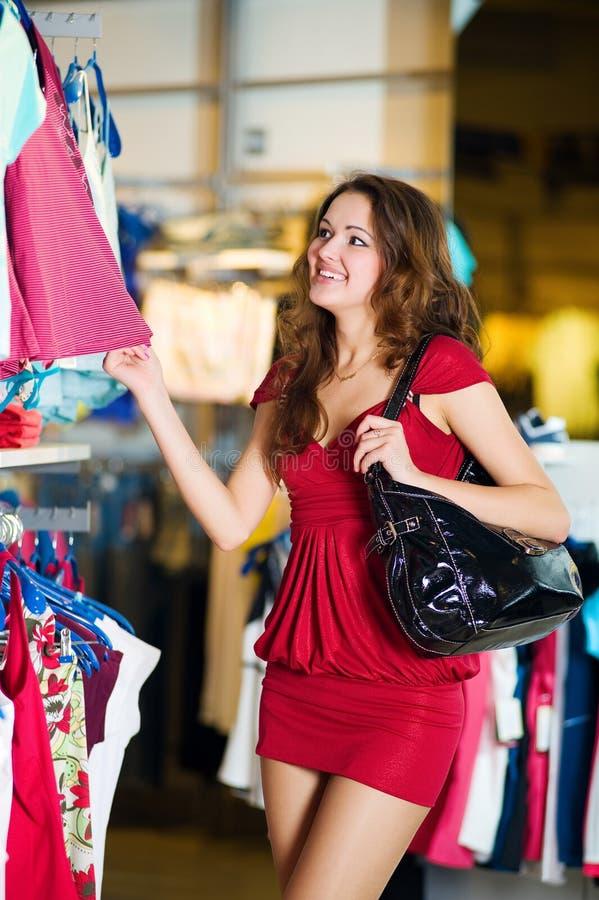 Donne nell'acquisto rosso immagine stock libera da diritti