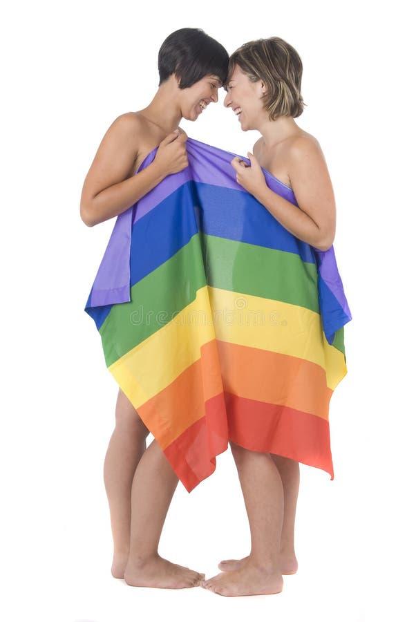 Donne nell'amore con la bandierina lesbica del Rainbow fotografia stock libera da diritti