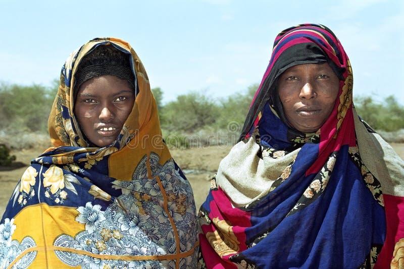 Donne nomadi del ritratto del gruppo in costume variopinto fotografia stock libera da diritti