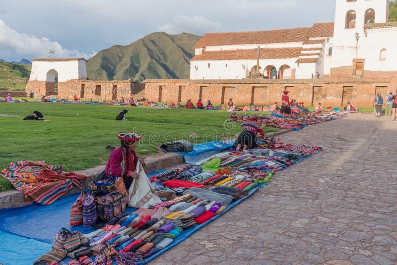 Donne peruviane al mercato, Chinchero, Perù fotografie stock