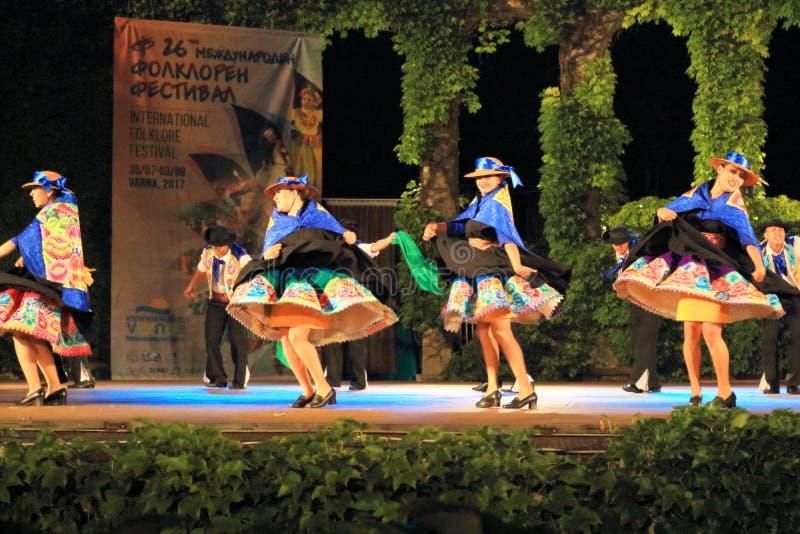 Donne peruviane nel ballo tradizionale dressesperforming variopinto immagini stock