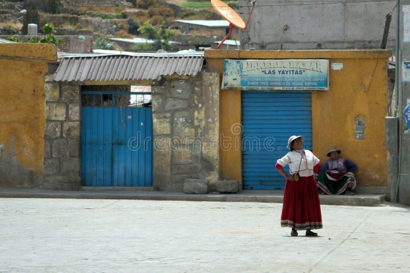 Donne peruviane nel villaggio di Cabanaconde, Perù immagine stock libera da diritti