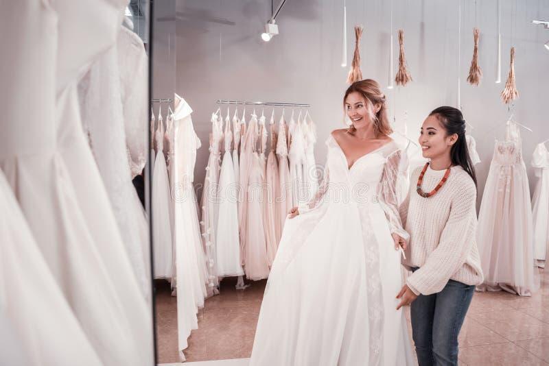 Donne positive allegre che preparano per una celebrazione di nozze immagini stock libere da diritti