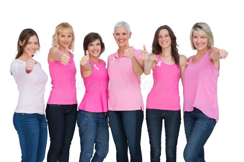 Donne positive che indossano rosa per la posa del cancro al seno immagine stock