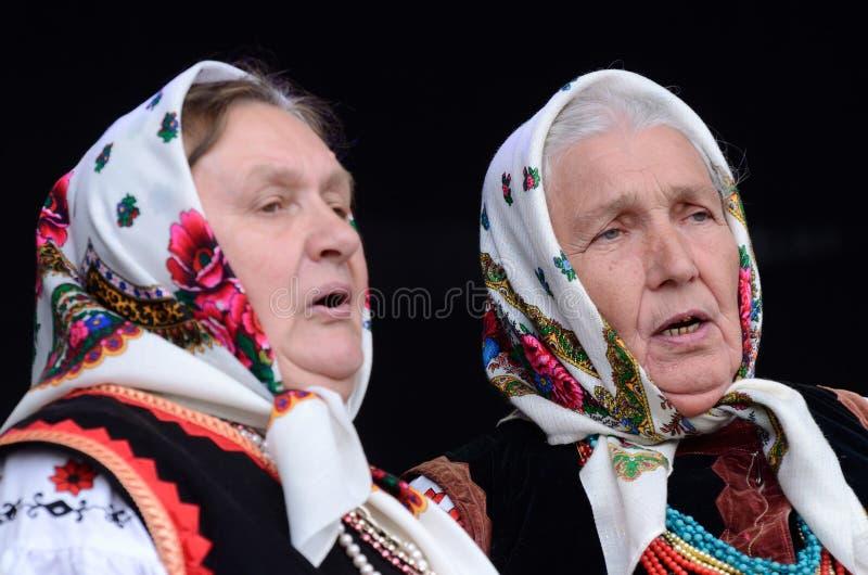 Donne senior che cantano canzone ucraina tradizionale dentro fotografia stock libera da diritti