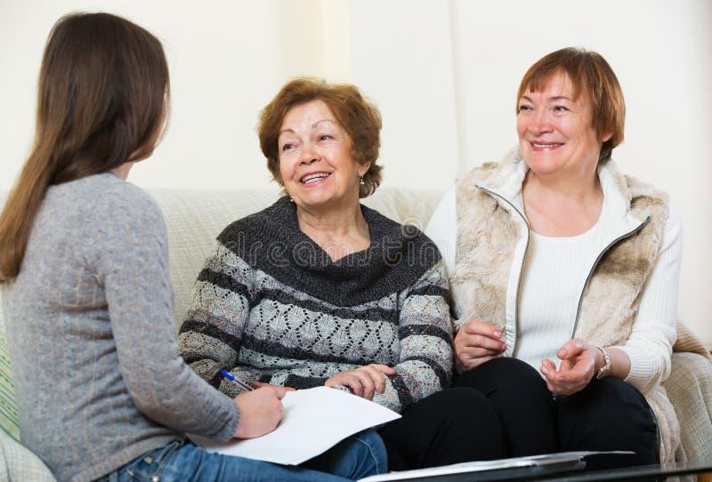 Donne senior che si consultano con l'agente di attività bancarie fotografia stock