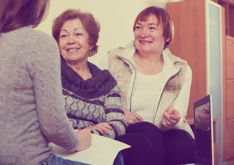 Donne senior che si consultano con l'agente di attività bancarie fotografie stock libere da diritti